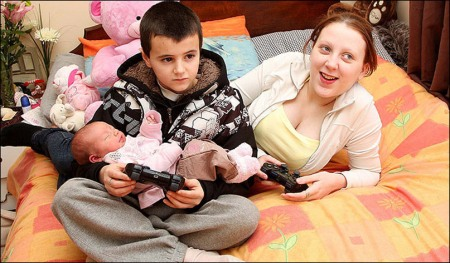 Alfie Patten, Maisie Roxanne e Chantelle Steadman batendo um game no Playstation