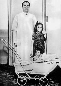 Lina Medina com seu filho e o médico