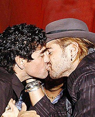 Maradona e Colin Farrell se beijando