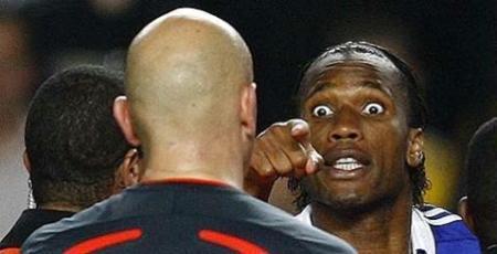 Drogba encara o árbitro após o jogo que eliminou o Chelsea da Liga dos Campeões (Reuters)